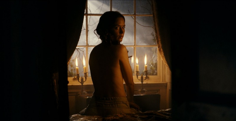 Emily Blunt in una scena del film The Wolf Man