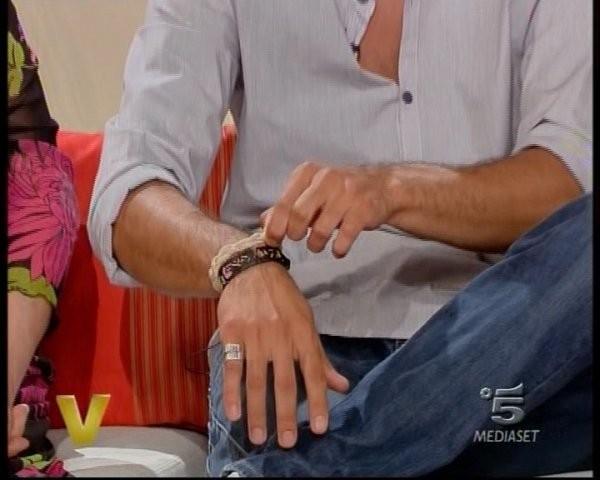 Ferdi Berisa mostra i suoi braccialetti durante una puntata di Verissimo