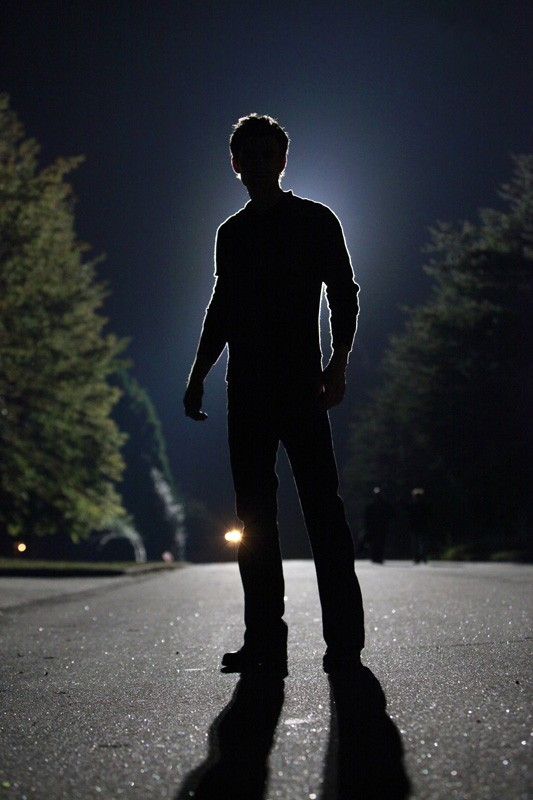 Stefan (Paul Wesley) in controluce nell'episodio The Turning Points di The Vampire Diaries