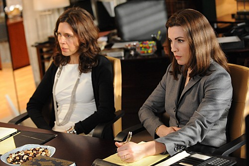 The Good Wife: Julianna Margulies e Jessica Hecht in una scena dell'episodio Infamy