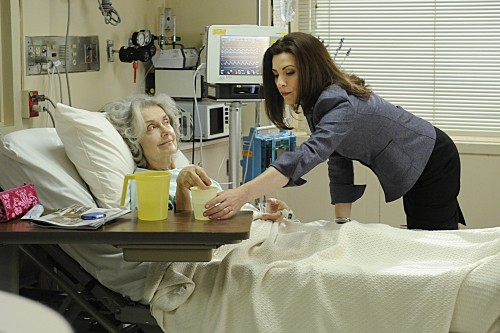 The Good Wife: Julianna Margulies e Mary Beth Peil nell'episodio Painkiller