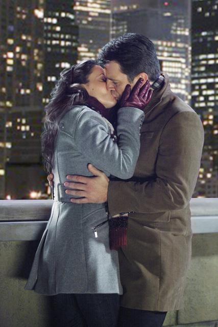 Un bacio tra Alyssa Milano e Nathan Fillion nell'episodio A Rose for Everafter di Castle