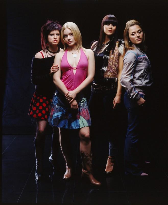Un'immagine del cast della serie Hex