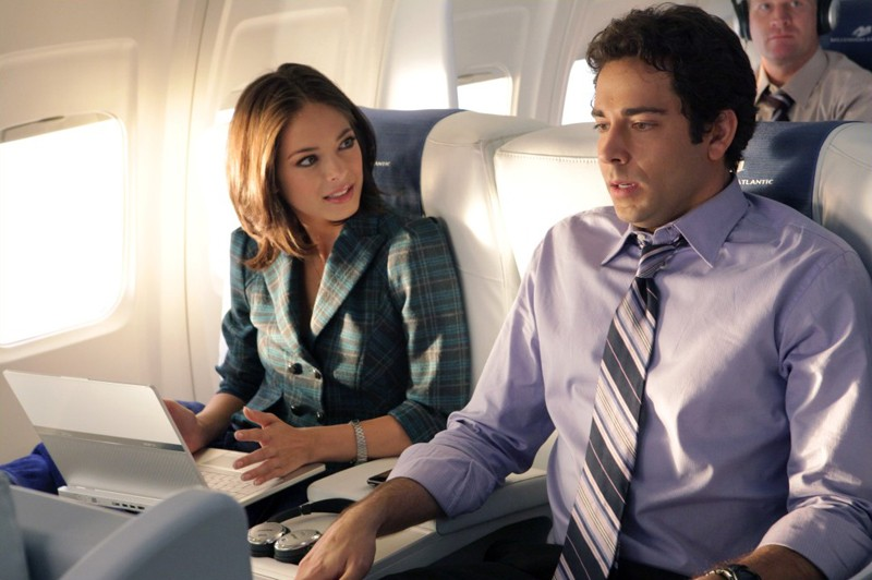 Hannah (guest-star Kristin Kreuk) e Chuck (Zachary Levi) in aereo nell'episodio Chuck Vs. First Class