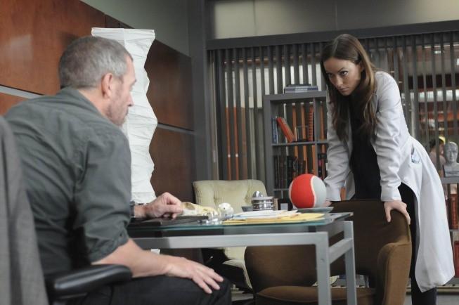 Hugh Laurie e Olivia Wilde in una scena di Remorse dalla sesta stagione di Dr. House: Medical Division