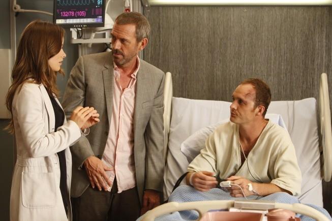 Hugh Laurie e Olivia Wilde in una scena di The Down Low dalla sesta stagione di Dr. House: Medical Division