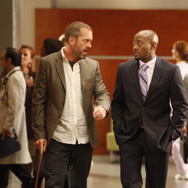 Hugh Laurie e Omar Epps in una scena di Teamwork dalla sesta stagione di Dr. House: Medical Division