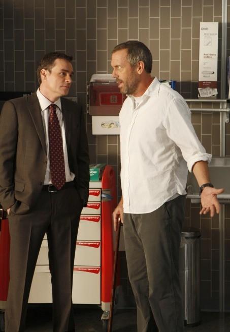 Hugh Laurie e Robert Sean Leonard in una scena di The Down Low dalla sesta stagione di Dr. House: Medical Division