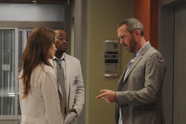 Hugh Laurie, Olivia Wilde e Omar Epps in una scena di Remorse dalla sesta stagione di Dr. House: Medical Division