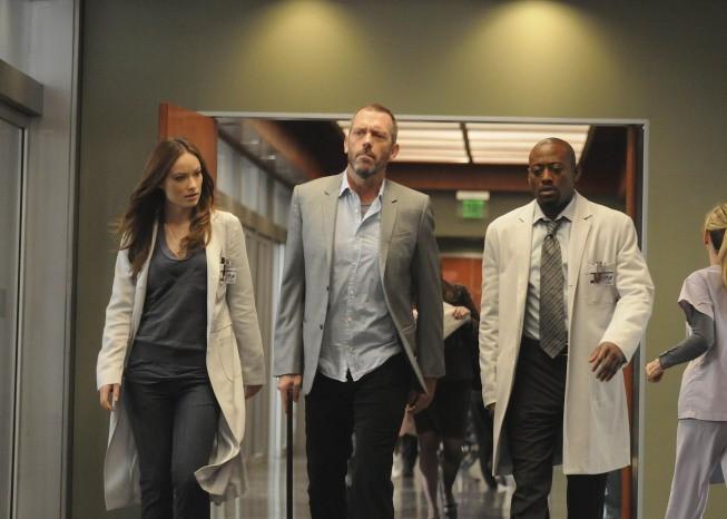 Hugh Laurie, Omar Epps e Olivia Wilde in una scena di Remorse dalla sesta stagione di Dr. House: Medical Division