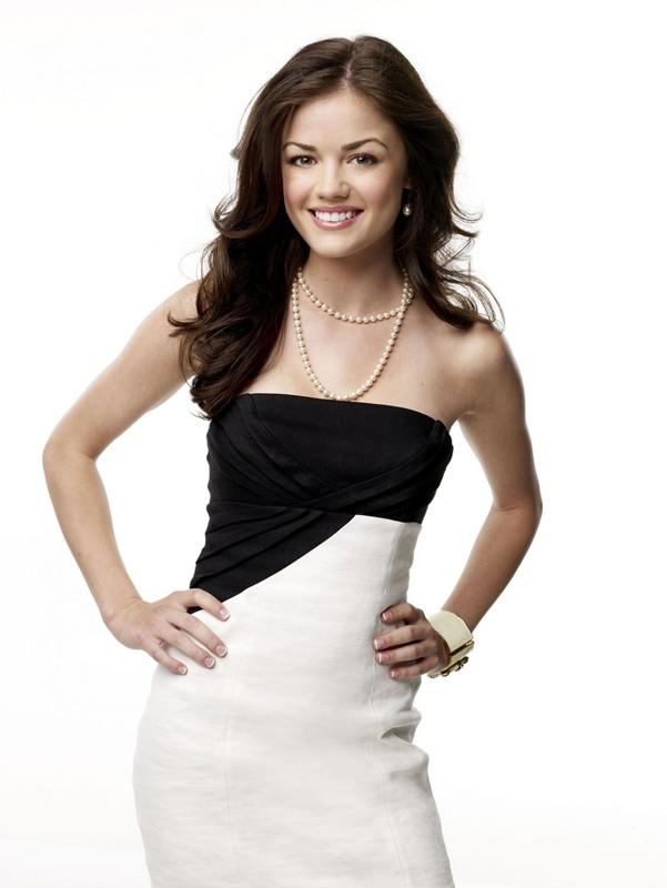 Lucy Hale (Rose Baker) in una foto promo per la prima stagione di Privileged