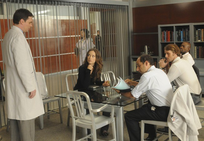 Robert Sean Leonard, Olivia Wilde, Omar Epps, Jesse Spencer e Peter Jacobson in una scena di Wilson dalla sesta stagione di Dr. House: Medical Division