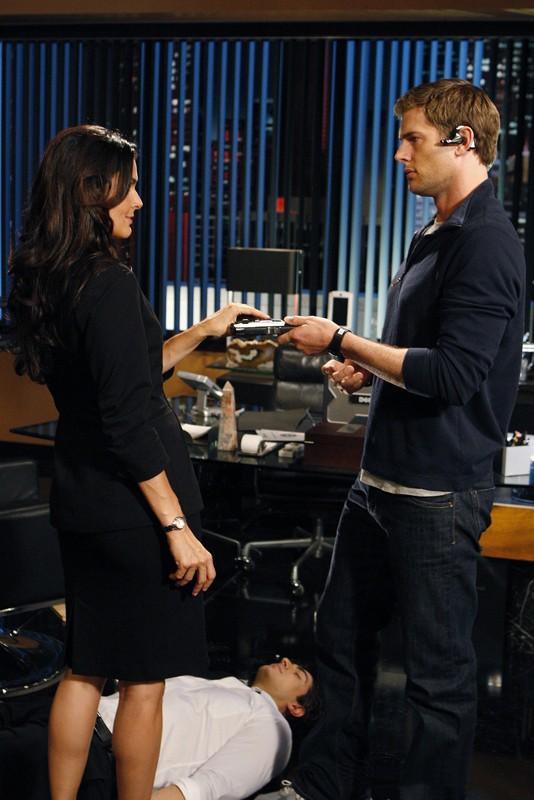 Sydney Price (guest-star Angie Harmon) e Capitan Fenomeno (Ryan McPartline) in una scena dell'episodio Chuck Vs. Operation Awesome