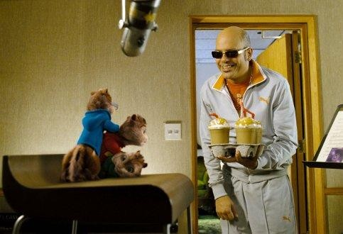 I Chipmunk insieme a David Cross in una scena del film Alvin Superstar 2