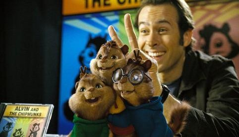 Jason Lee con i piccoli Chipmunk in una scena di Alvin Superstar 2