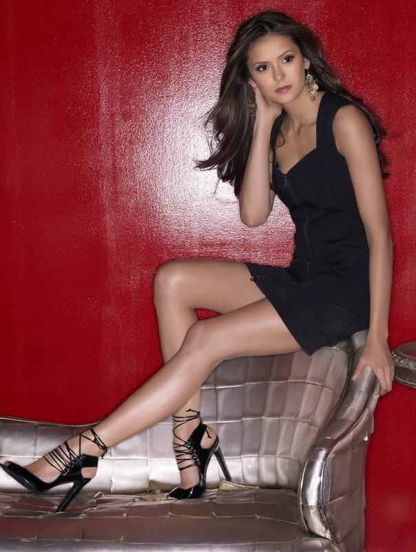 La bellissima Nina Dobrev in una foto promo della nuova, vampiresca serie CW: The Vampire Diaries