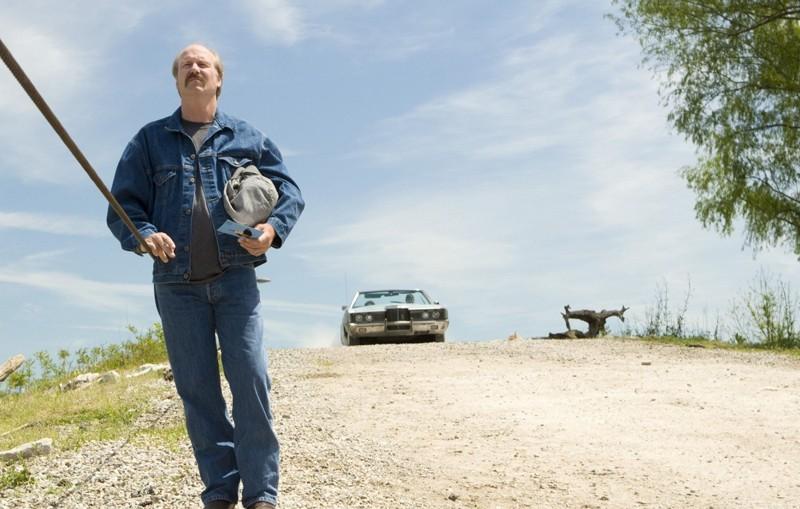 Brett (William Hurt) cammina per strada nel film The Yellow Handkerchief