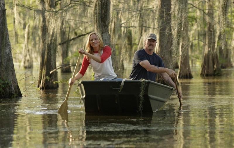 May (Maria Bello) e Brett (William Hurt) sul fiume nel film The Yellow Handkerchief