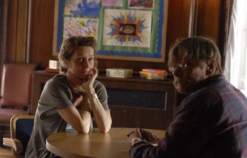 L'infermiera White (Erica Gimpel) e un paziente della clinica nel film Veronika Decides to Die