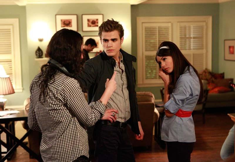 La regista Liz Friedlander parla con Paul Wesley e Nina Dobrev dietro le quinte di The Vampire Diaries