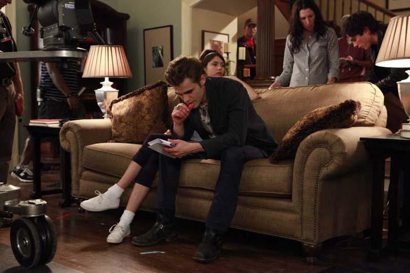 Nina Dobrev, Paul Wesley, Ian Somerhalder e la regista Liz Friedlander si preparano ad una scena di The Vampire Diaries