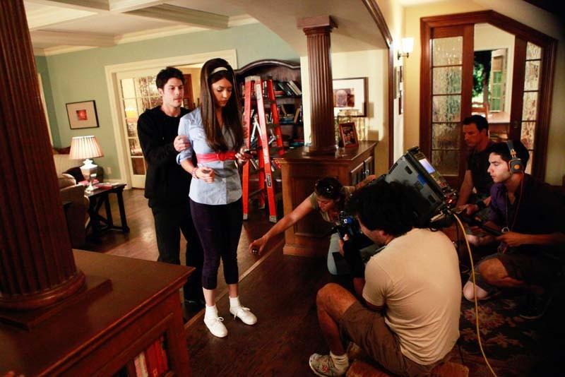 Sean Faris e Nina Dobrev durante le riprese di una scena dell'episodio Unpleasantville