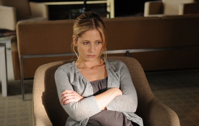 Una pensierosa Veronika (Sarah Michelle Gellar) nel film Veronika Decides to Die