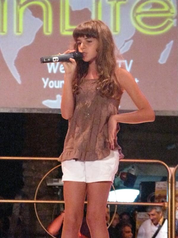 Angelica Cinquantini durante una performance canora a Terracina.