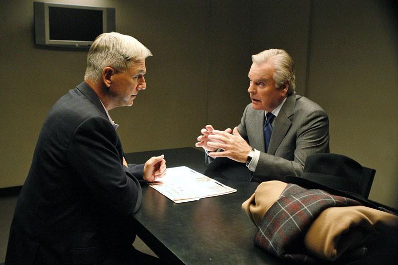 Jethro (Mark Harmon) parla con il padre di Tony DiNozzo (Robert Wagner) nell'episodio Flesh and Blood di Navy N.C.I.S.