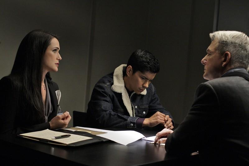 Mark Harmon con la guest star Rena Sofer e Jeremy Ray Valdez nell'episodio Masquerade di Navy NCIS