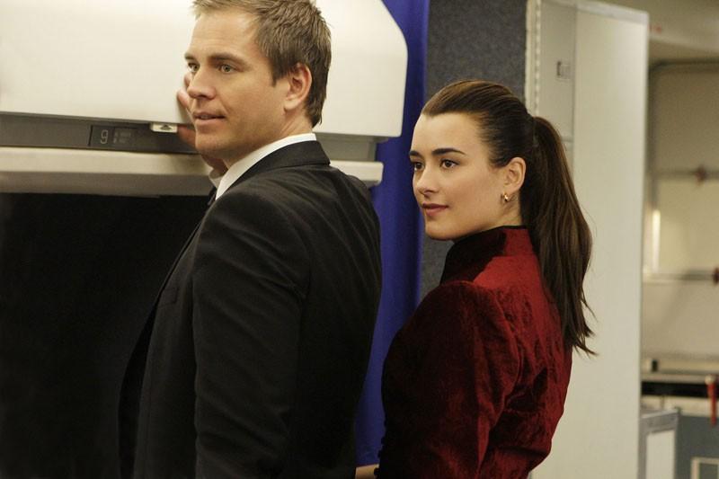 Michael Weatherly e Cote de Pablo su un aereo per Parigi nell'episodio Jet Lag di Navy N.C.I.S.
