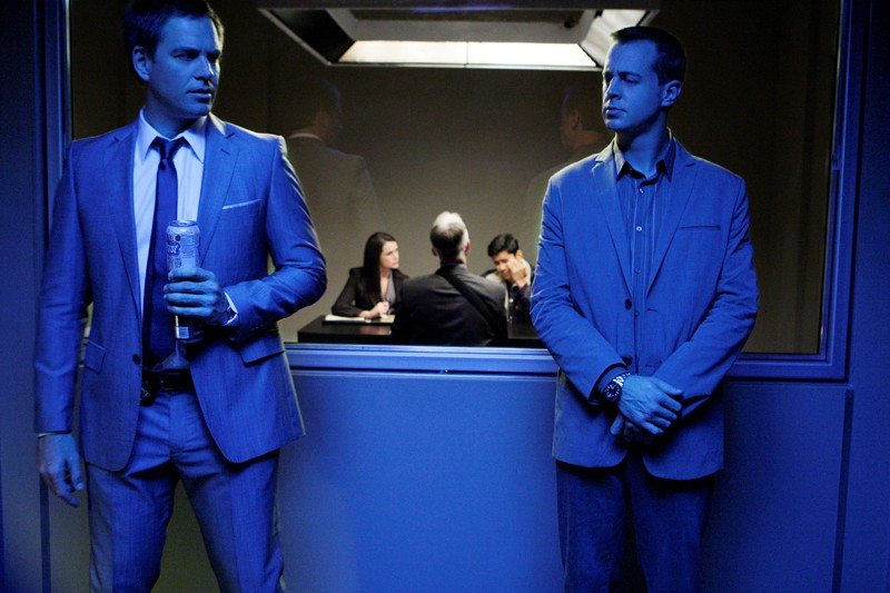 Tony (Michael Weatherly) e McGee (Sean Murray) in una scena dell'episodio Masquerade di Navy NCIS