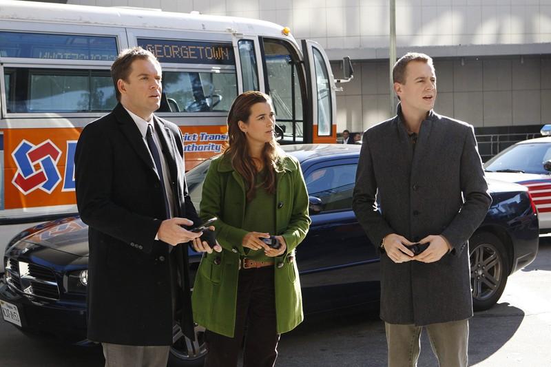 Tony (Michael Weatherly), Ziva (Cote de Pablo) e McGee (Sean Murray) in una scena dell'episodio Masquerade di Navy NCIS
