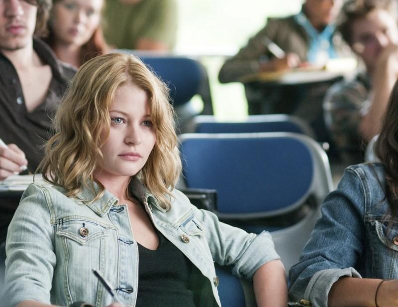 Ally (Emilie de Ravin) a lezione nel film Remember Me
