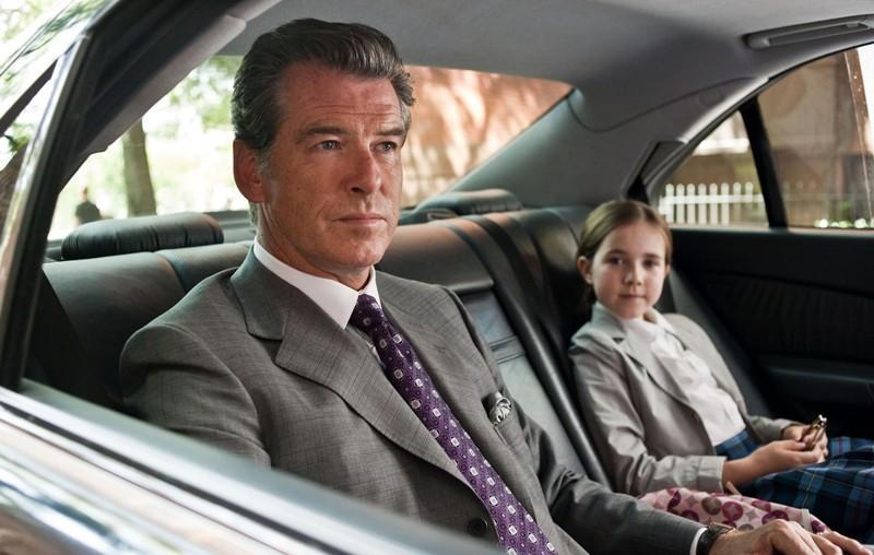Charles (Pierce Brosnan) e la figlia Caroline (Ruby Jerins) in macchina nel film Remember Me
