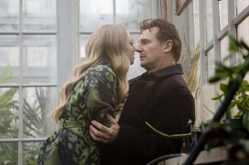 Chloe (Amanda Seyfried) seduce David (Liam Neeson) in una scena del film Chloe