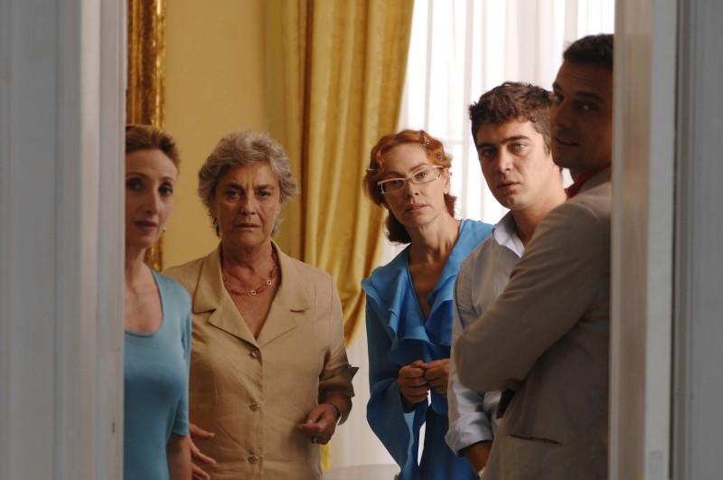 Lunetta Savino, Ilaria Occhini, Elena Sofia Ricci, Riccardo Scamarcio e Alessandro Preziosi in una scena di Mine vaganti