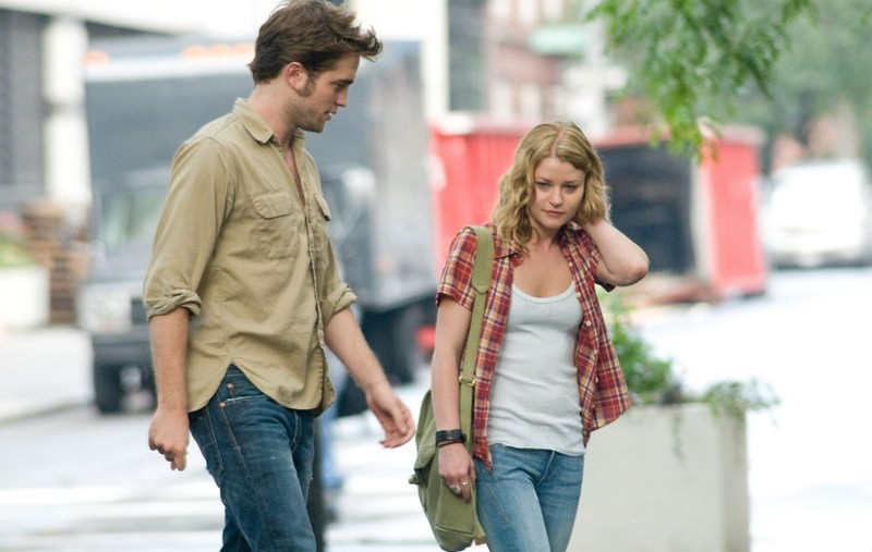 Robert Pattinson ed Emilie de Ravin per strada nel film Remember Me