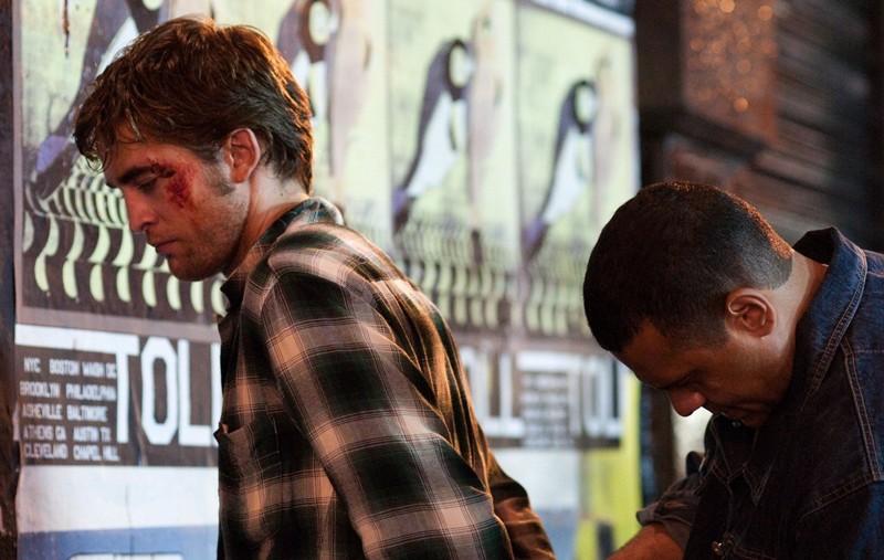 Robert Pattinson viene arrestato in una scena del film Remember Me