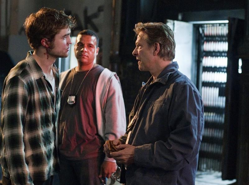 Tyler (Robert Pattinson) e Neil Craig (Chris Cooper) durante l'arrestato nel film Remember Me