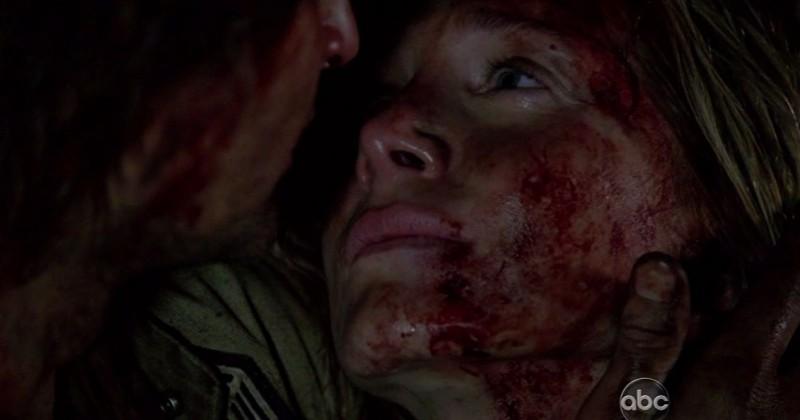 Elizabeth Mitchell in una scena di LAX: Part 1 dalla sesta stagione di Lost