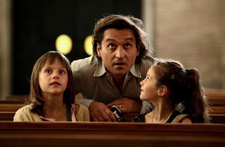 Louis-Do de Lencquesaing tra Alice Gautier e Manelle Driss in una scena del film Le père de mes enfants (2009)
