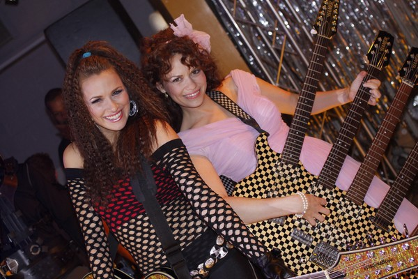 Quinn (Shantel VanSanten) ed Haley (Bethany Joy Galeotti) al ballo per gli ex alunni del liceo in stile anni '80 nell'episodio Don't You Forget About Me