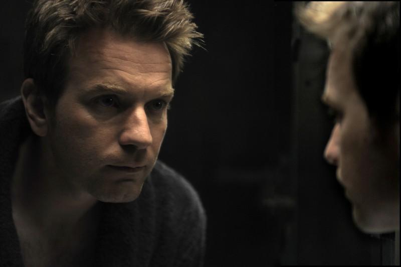 Un primo piano di Ewan McGregor dal film L'uomo nell'ombra di Roman Polanski.