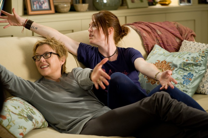 Annette Bening e Julianne Moore, Josh Hutcherson, Mia Wasikowska e Mark Ruffalo nel film The Kids Are All Right