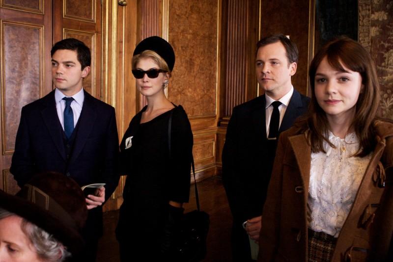 Dominic Cooper, Rosamund Pike, Peter Sarsgaard e Carey Mulligan in una scena del film An Education