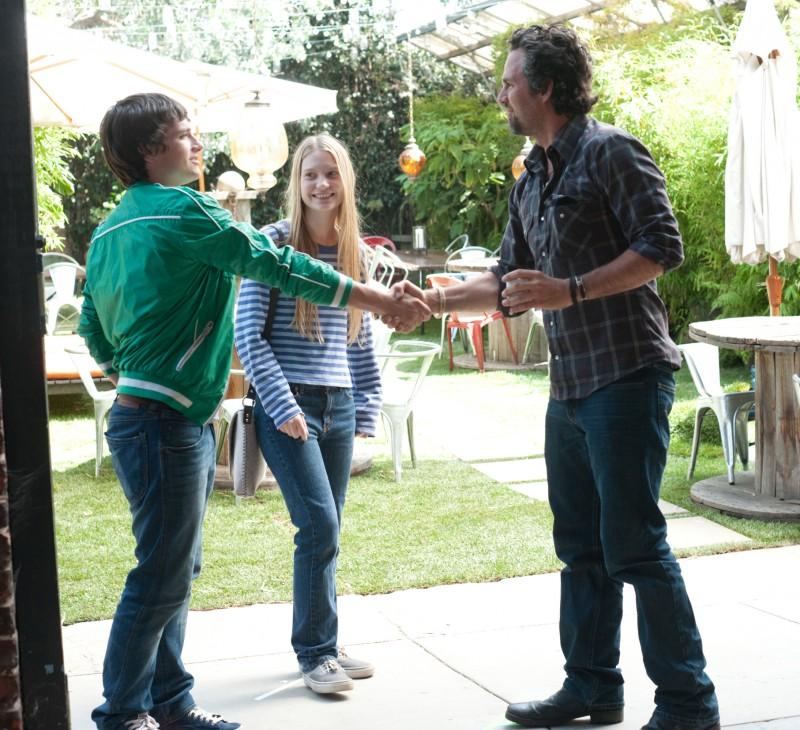 Josh Hutcherson, Mia Wasikowska e Mark Ruffalo nel film The Kids Are All Right
