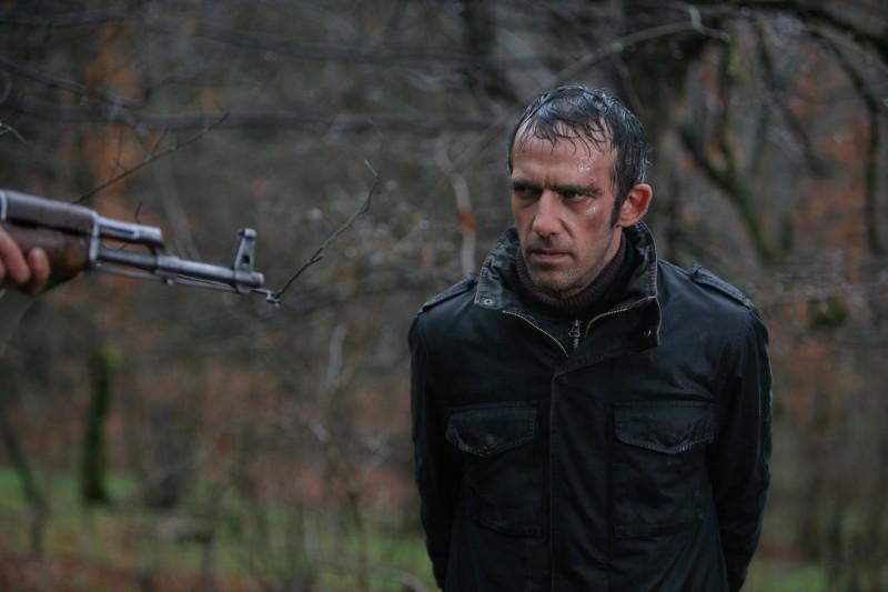 Rafi Pitts in una scena del film Shekarchi (The Hunter)