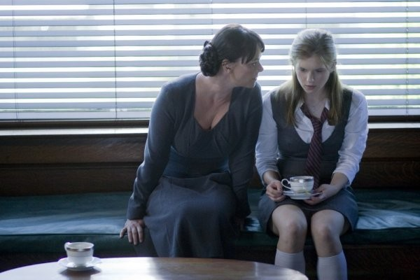 Caprica: Polly Walker e Magda Apanowicz nell'episodio The Reins of a Waterfall