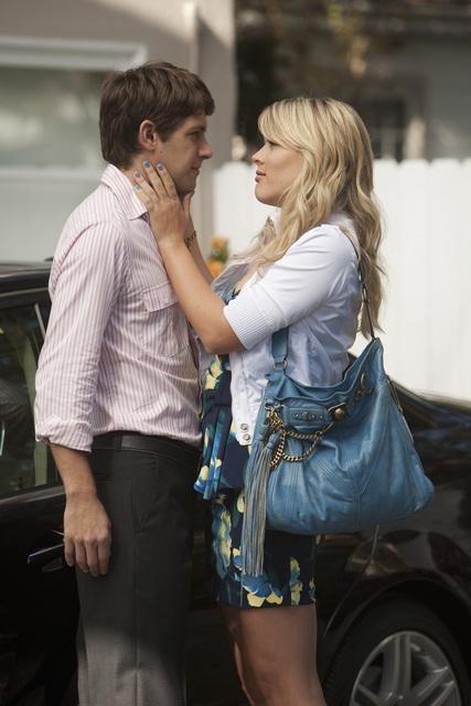 Cougar Town: Busy Philipps e Ryan Devlin in una scena dell'episodio Scare Easy